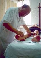 贺普仁正在针灸治病